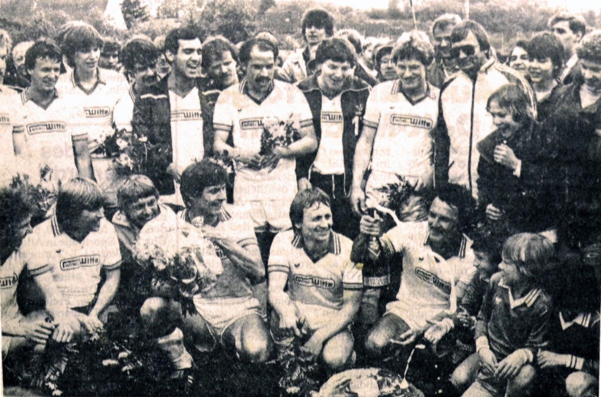 Der neue Oberligist FC Gohfeld jubelt. Der Aufstieg ist soeben geschafft. (Sommer 1983)
