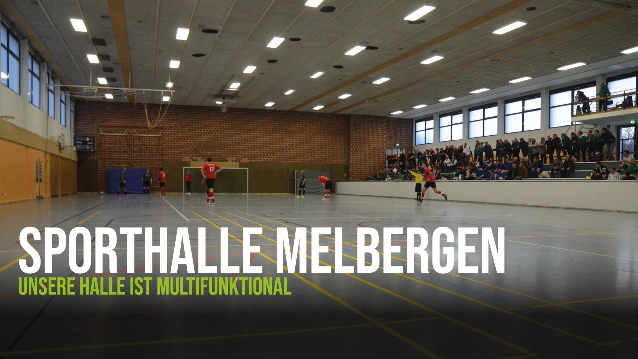Die Sporthalle Melbergen in Löhne-Gohfeld von innen, respektive mit Blick auf das Spielfeld und im Hintergrund die Tribüne.