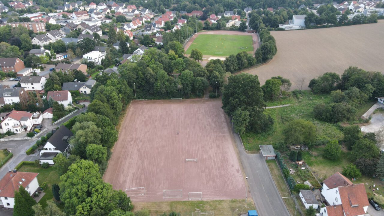 Vogelperspektive auf Sportstätten in Löhne-Gohfeld, der vordere Ascheplatz wird zu einem Winterrasen umgewandelt